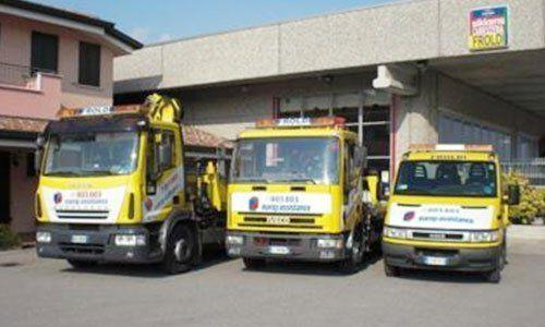 tre carri attrezzi gialli