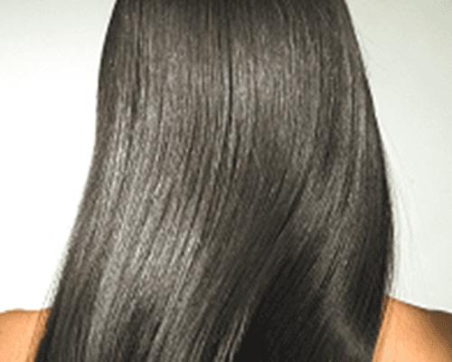 una ragazza con capelli lisci neri