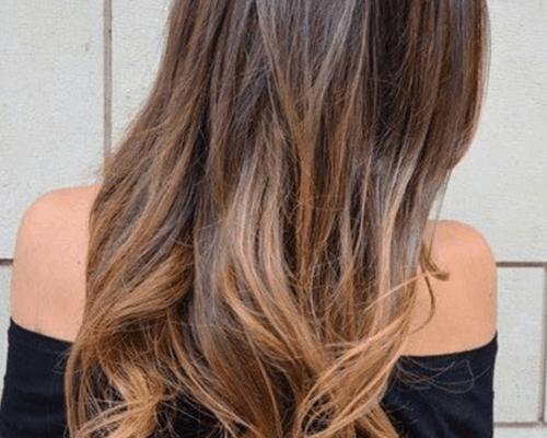 una ragazza con capelli lunghi biondi