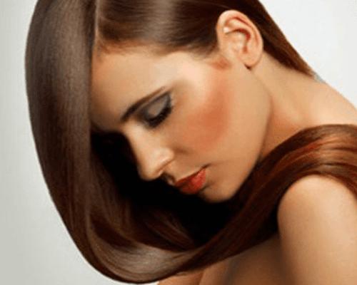una ragazza con capelli lisci castani