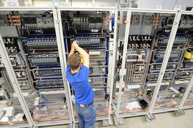 dei cavi elettrici che si attaccano a un impianto