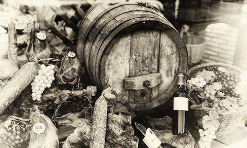 botte di vino e un assortimento carne secca in vintage
