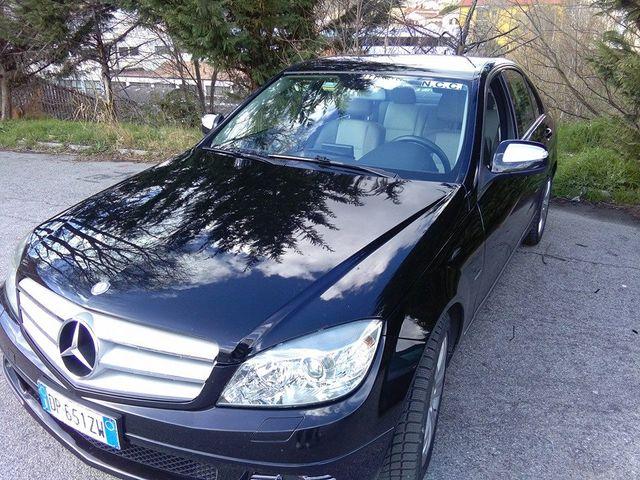 una macchina Mercedes di colore nero