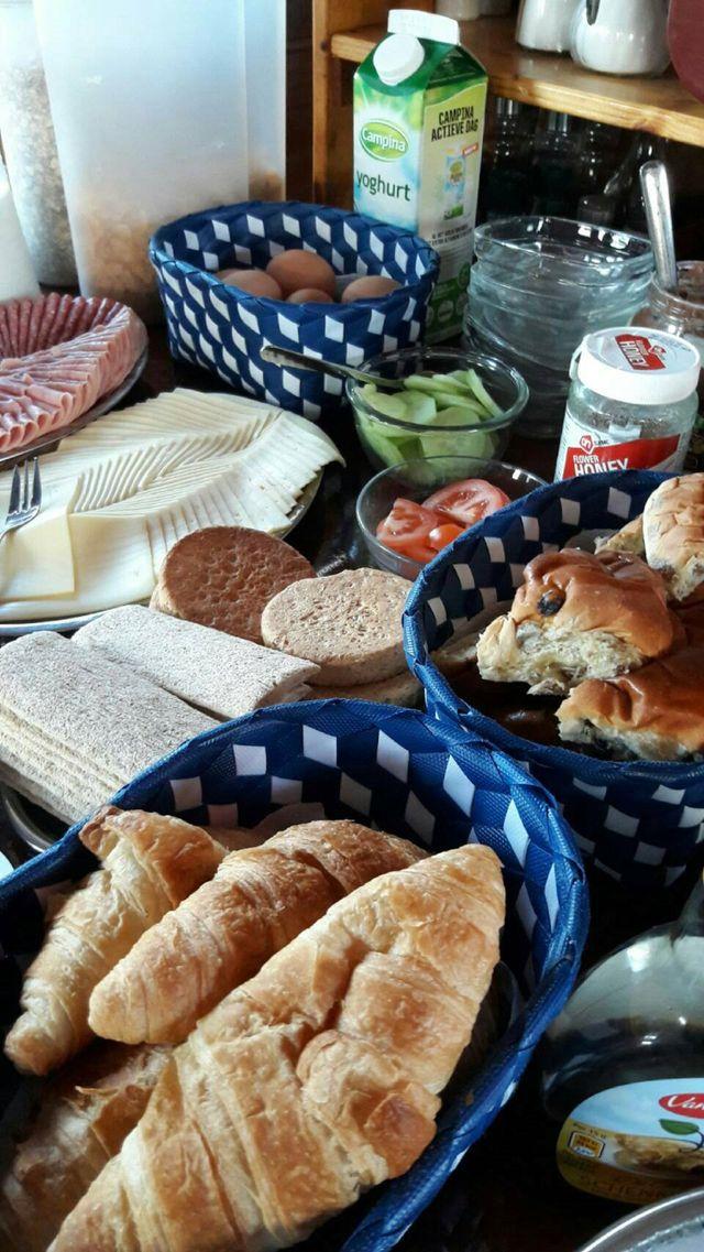 Heerlijk ontbijt aan boord van Intersail hostel Amsterdam