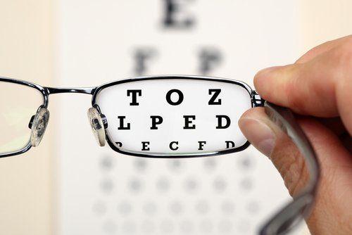lettere per esame della vista con un paio di occhiali
