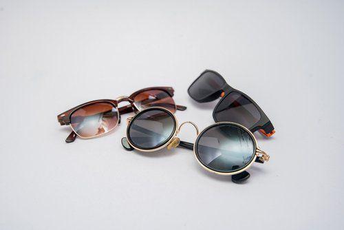 tre paia di occhiali da sole