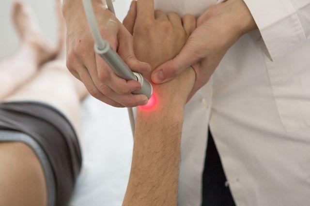 terapia laser su braccio maschile
