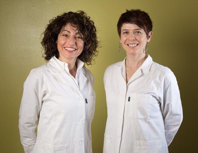 Due dottoresse in camice bianco