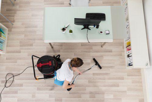 donna che pulisce un ufficio