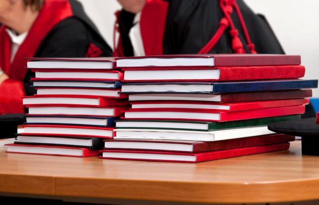 Due pile di tesi di laurea su un bancone