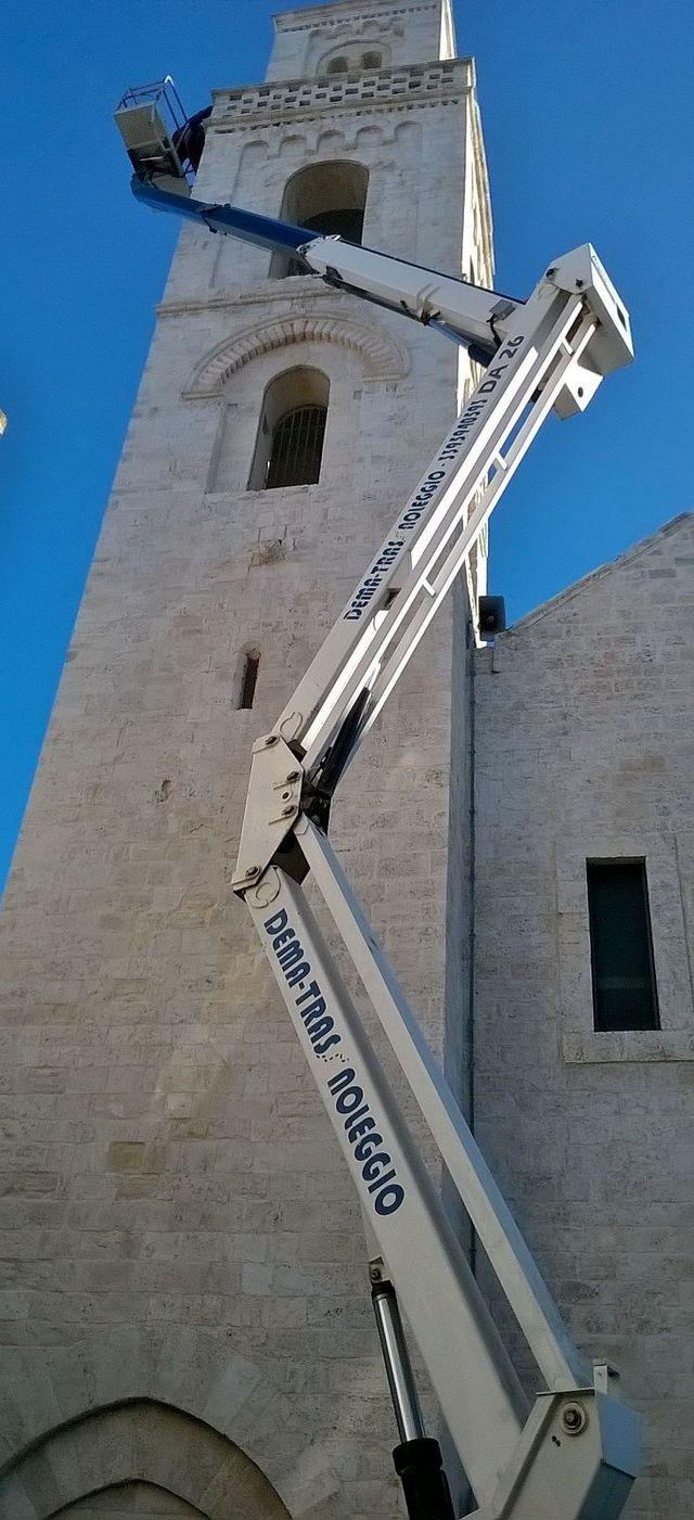 PIATTAFORMA AEREA di fronte a un campanile