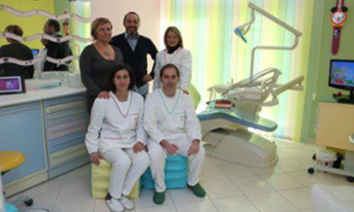dei dentisti in posa per una foto