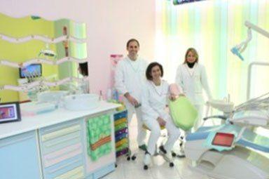 tre dentisti in posa per una foto