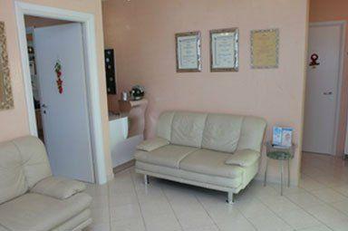 due divanetti beige nello studio