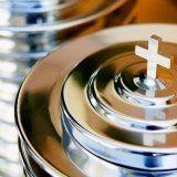 Una piccola croce al coperchio dell'urna