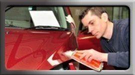 uomo lucida auto rossa