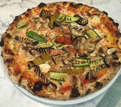 Pizza bianca di pomodori freschi e mozzarella