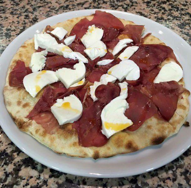 Pizza bianca de prosciutto e mozzarella