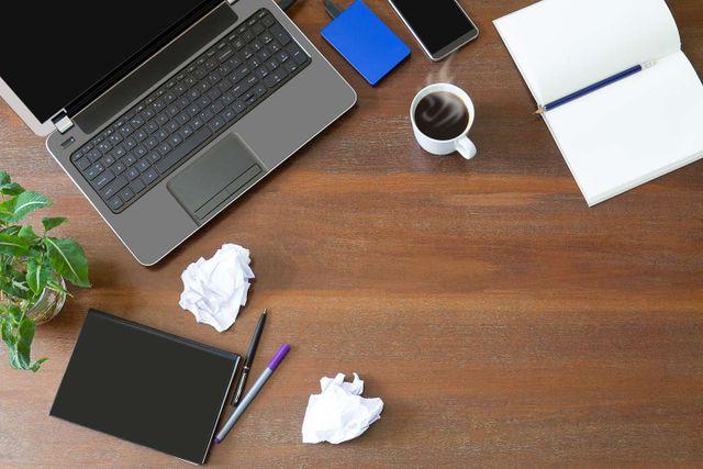 Un portatile e una tazza di caffè