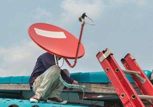 Persona che installa una antenna