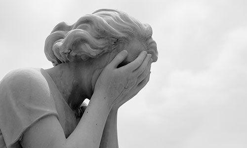 Statua raffigurante donna in lacrime