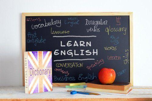 lavagna con parole in inglese e dizionario di inglese