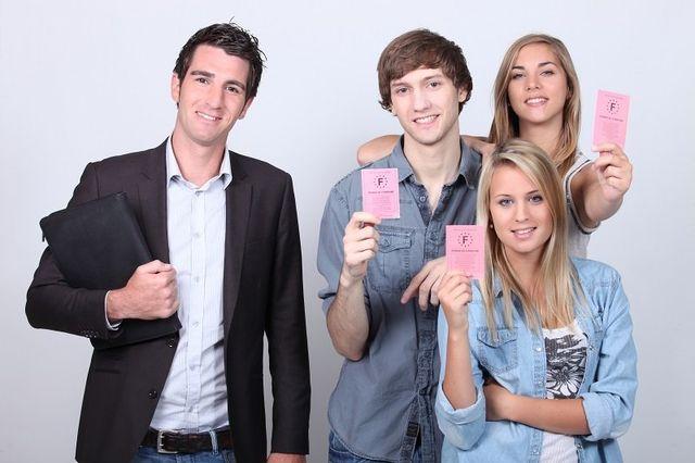 un ragazzo con un completo e un quaderno di pelle nera e tre ragazzi che mostrano la patente