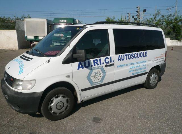 un furgone bianco con scritto AU.RI.CI Autoscuole