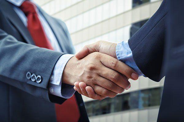 Chiudendo un accordo con una stretta di mano