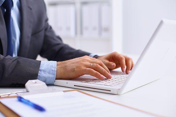 uomo che scrive a computer