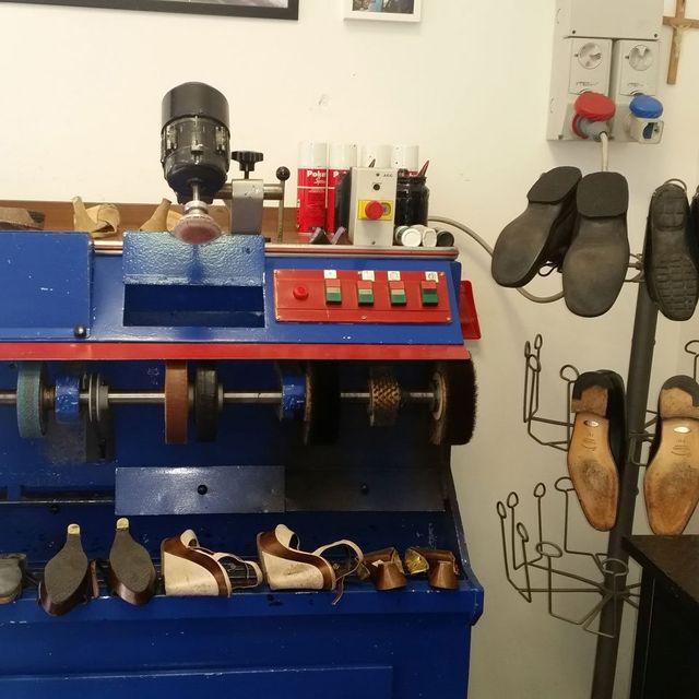 Interno del negozio calzolaio - riparazioni chiavi