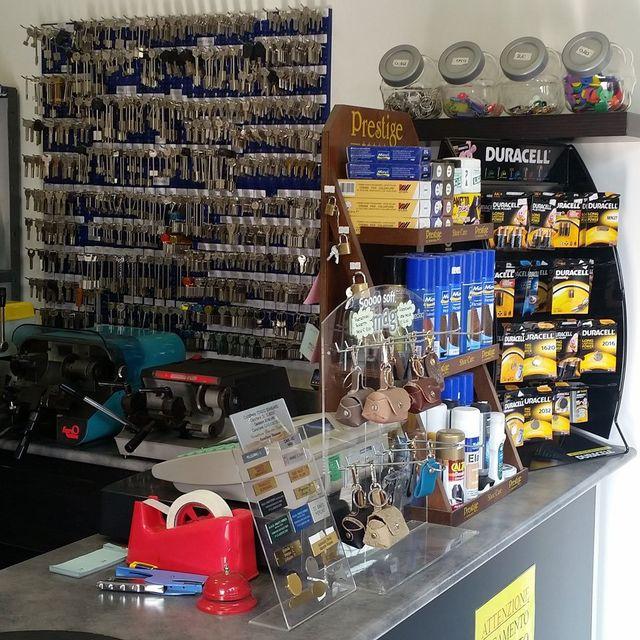 Interno del negozio con, in evidenza, i principali servizi: lavori in pelle, duplicazioni chiavi, calzolaio