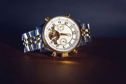 un orologio d'argento e oro