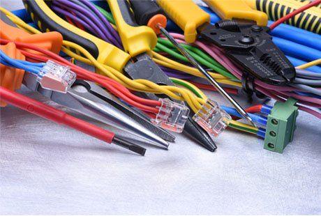 Cacciavite,tenaglie,pinze, tronchesi e cavi elettrici di colori