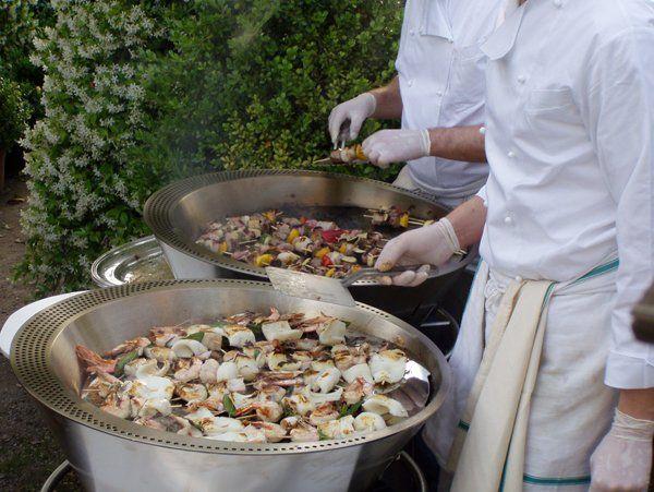 cuochi cucinano del pesce