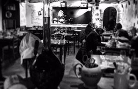 una foto in bianco e nero dell'interno della locanda