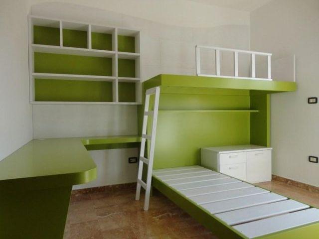 Camera con un letto matrimoniale in legno