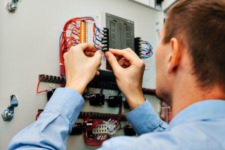 Operatore mentre allinea i fili di un generatore di elettricità