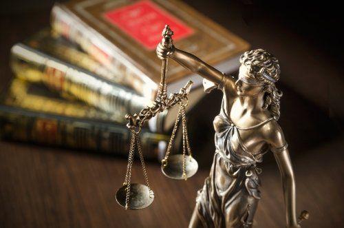 Bilancia della giustizia e libri