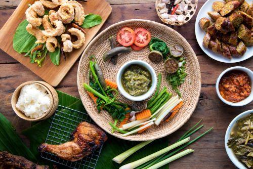 tavola imbandita con piatti orientali