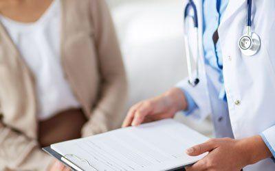 un medico che consulta una cartella
