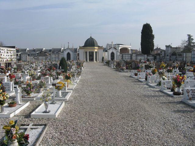lapide di una tomba con fiori