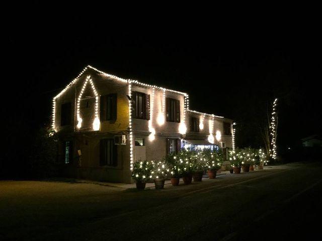 un edificio illuminato con luci decorative