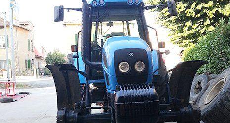 un trattore azzurro visto da davanti