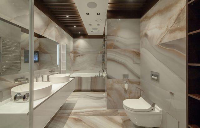 orinatoio bianco e lavandino e doccia nel bagno in granito