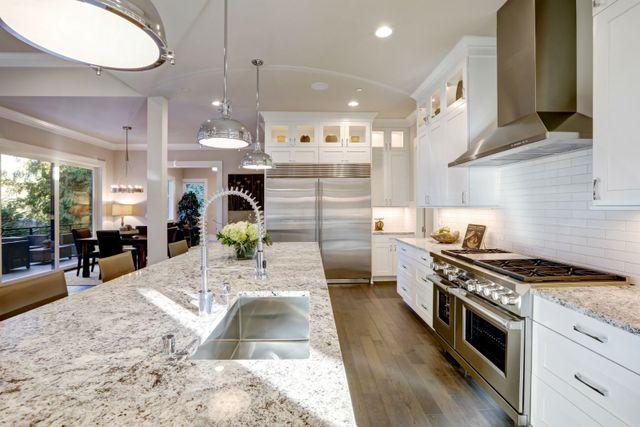 disegno della cucina bianca dispone di grande cucina isola in stile bar con piano in granito illuminato da moderne Lampade a sospensione