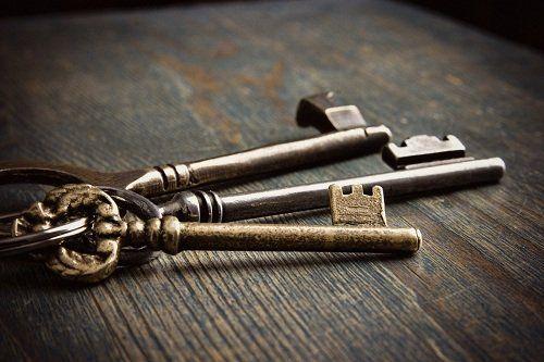 Tre chiavi antiche su una superficie di legno