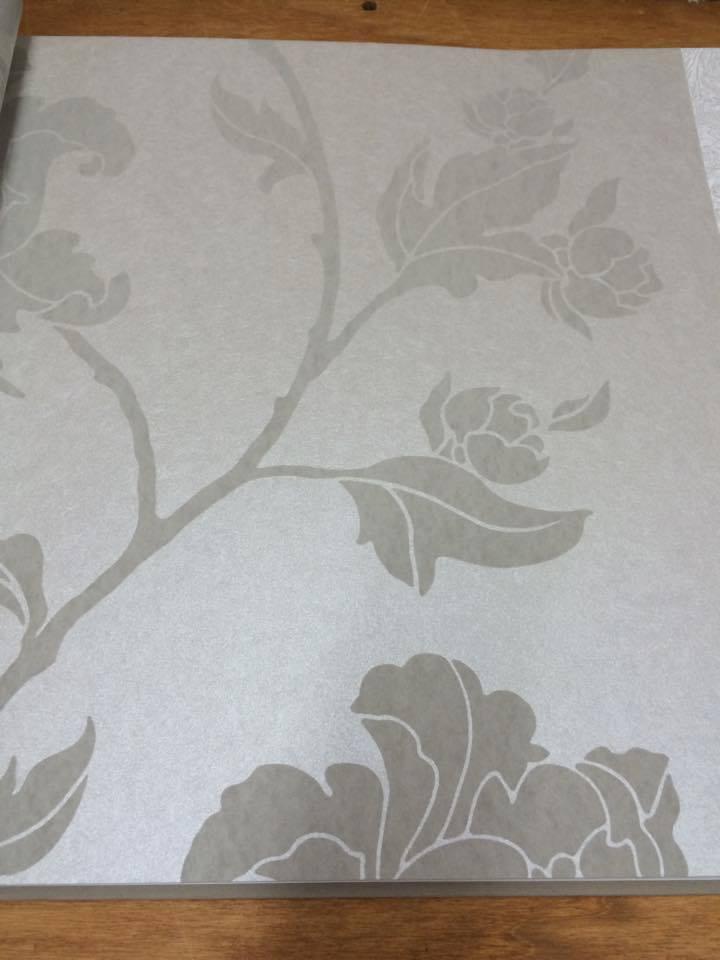 una carta da parati grigia con un fiore grigio scuro