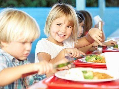 Dei bambini mentre mangiano