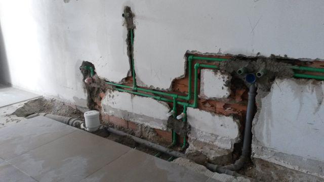 traccia a muro con tubi verdi